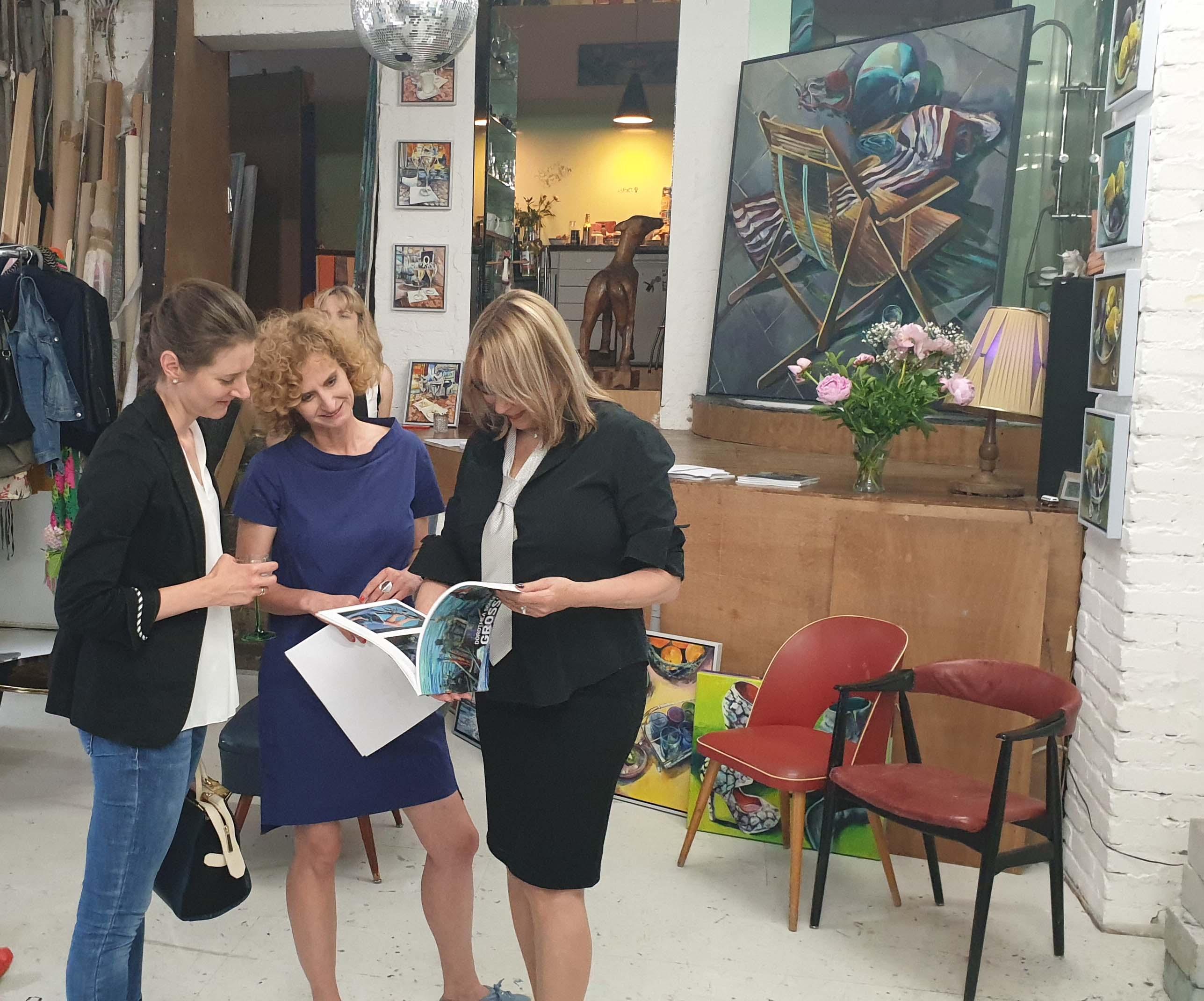 (c) Art Consulting Mese - Künstlerin Dorothea Schüle und Besucherinnen der FrauenArt vom 05.06.2019 im Atelier der Künstlerin