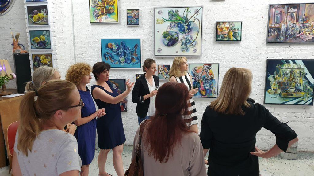 (c) Art Consulting Mese - Agnieszka Mese und die Künstlerin Dorothea Schüle sowie weitere Genießerinnen der Kunst bei der FrauenArt im Atelier der Künstlerin