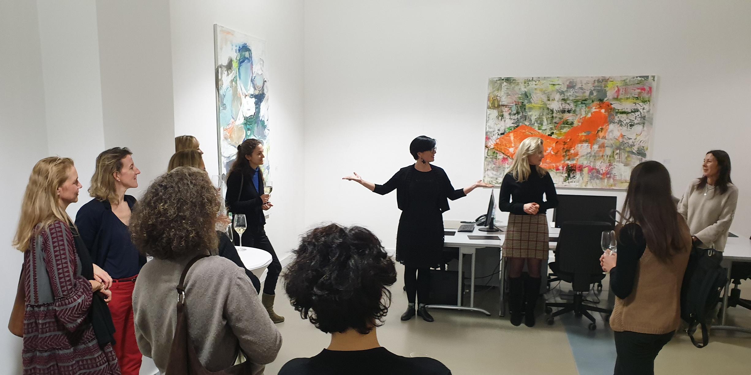 (c) Art Consulting Mese - Agnieszka Mese, Künstlerinnen Alex Woyde und Theresa Kallrath sowie weitere Kunstliebhaberinnen bei der FrauenArt am 25.01.2019 in der von fraunberg art gallery