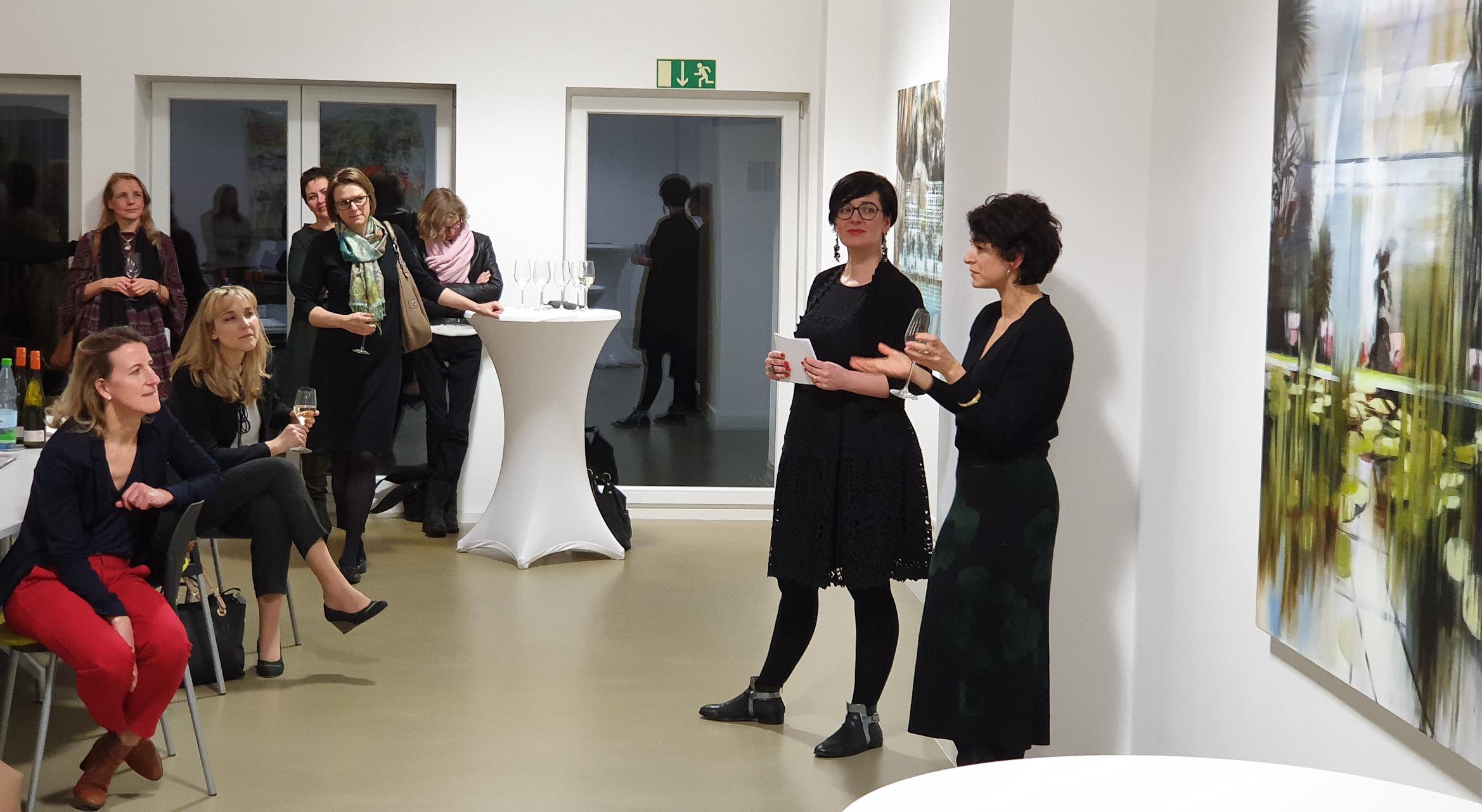 (c) Art Consulting Mese - Agnieszka Mese und die Künstlerin Mahssa Askari sowie weitere Kunstliebhaberinnen bei der FrauenArt am 25.01.2019 in der von fraunberg art gallery