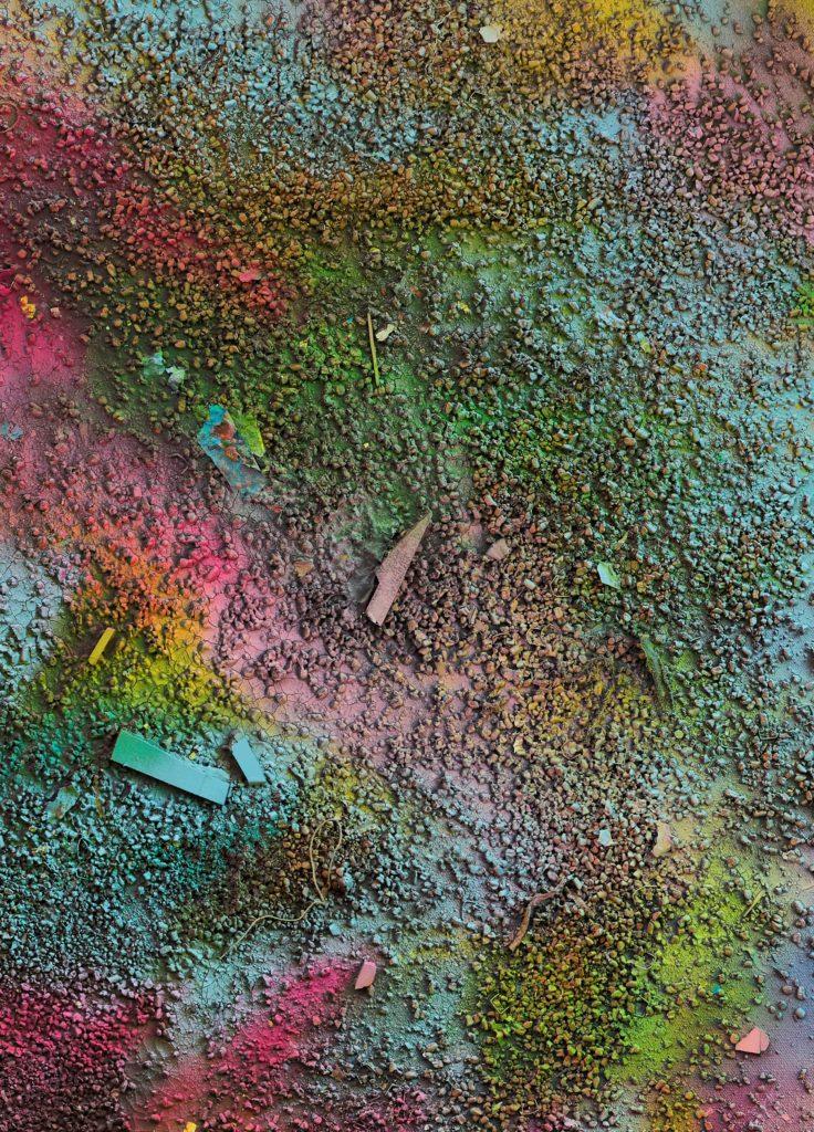 """(c) Silke Albrecht, Detail des Bildes """"sediments (2)"""", 2019, ein Beispiel für """"Schüttung"""" des Blumengranulats"""